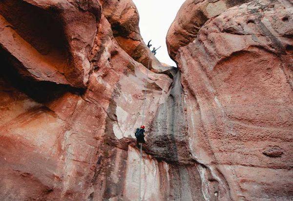 Canyoning en Valle Grande; actividad que combina trekking y rappel dentro del Cañón del Atuel
